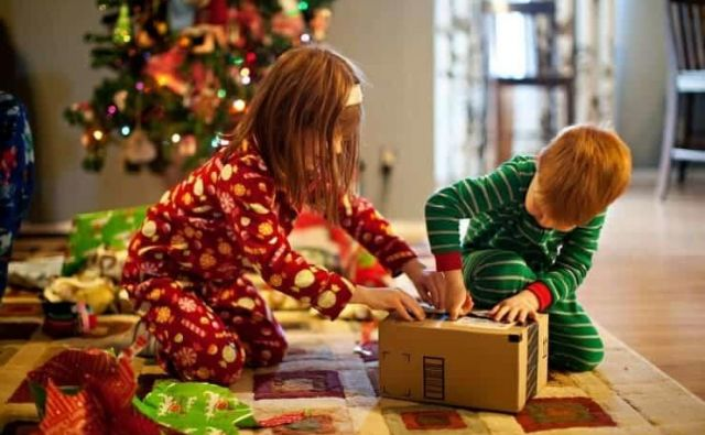 Božična darila niso samo igračke, lahko so tudi zelo uporabni zimski pripomočki. Foto: Shutterstock