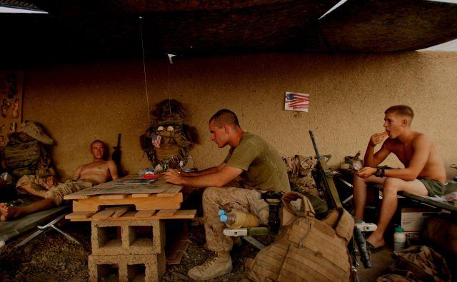 Ameriški marinci v bazi v okrozju Garmsir v provinci Helmand, kot jih je pred leti posnel Delov fotograf. FOTO: Jure Eržen/Delo