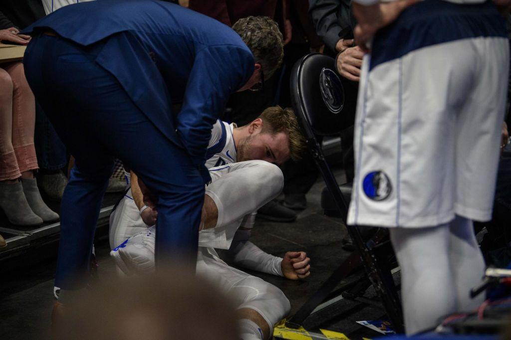FOTO:Dallas izgubil, Dončić si je že v uvodu derbija zvil gleženj