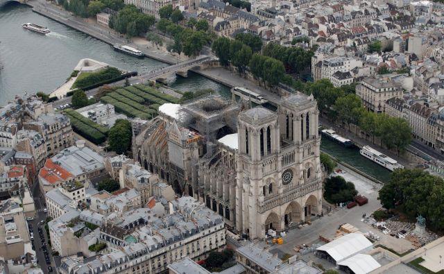 Več kot polovica Francozov si želi, da bi bila katedrala po prenovi videti natanko tako kot pred požarom. FOTO: Reuters