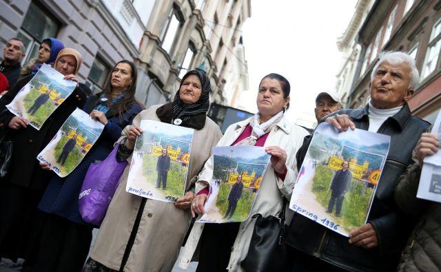 V Bosni in Hercegovini se še niso pomirile strasti zaradi Nobelove nagrade za literaturo zanikovalcu genocida Petru Handkeju, sorodnike žrtev pa je zdaj udarilo še spoznanje, da s spominom na pobite nelegalno služijo tudi nekdanji taboriščniki. Foto Dado Ruvic Reuters
