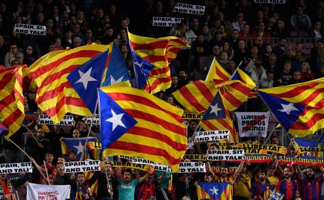 Približno 90.000 navijačev na Camp Nou bo na 179 prvenstvenem derbiju dihalo tudi za neodvisno za Katalonijo. FOTO: AFP