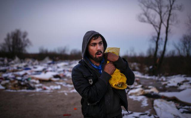 Ostanki begunskega taborišča Vučjak, v katerem ljudje še vedno iščejo uporabna oblačila. FOTO: Matej Družnik