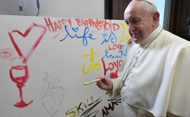 Papež tudi ob rojstnih dnevih ne pozabi na dobrodelnost. FOTO: Reuters