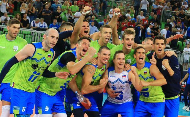 Slovenski odbojkarji so se veselili še svojega drugega naslova evropskega podprvaka. FOTO Tomi Lombar