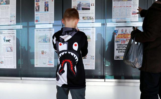 Otrok pred vitrino v muzeju novic. FOTO: Reuters