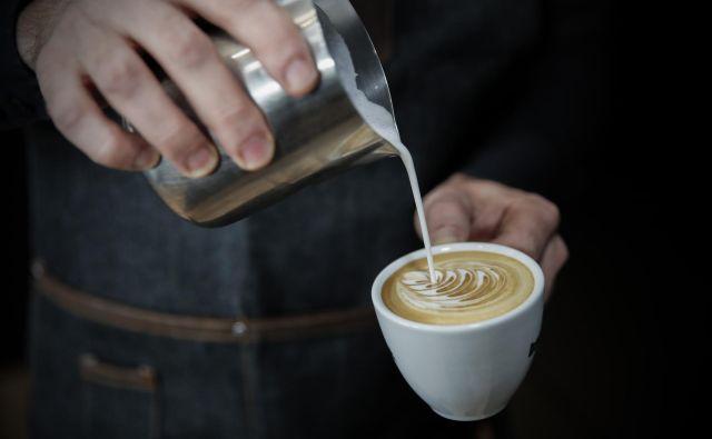 V preteklosti, ko še ni bilo tako velike izbire kavnih mešanic, so ljudje slab okus kave pogosto popravili s sladkorjem ali mlekom. FOTO: Uroš Hočevar/Delo