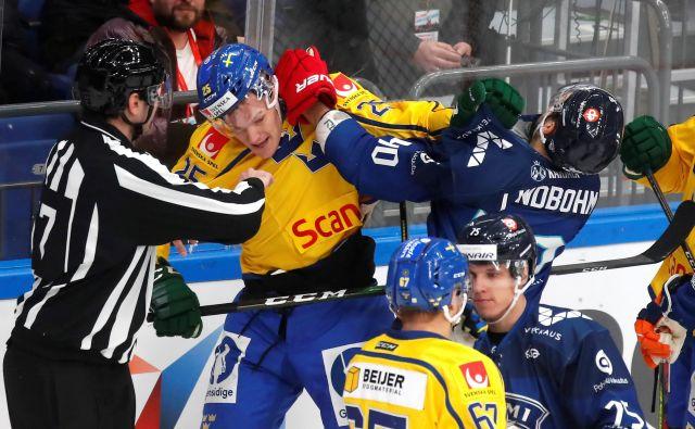 Vroča kri na mrzlem ledu: švedski hokejisti so morali na turnirju v Moskvi premoč priznati zgolj Fincem. FOTO: Reuters