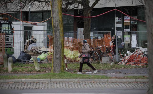 Stavbo na Linhartovi še vedno prenavljajo, med prenovo so se namreč pokazale skrite napake. FOTO: Uroš Hočevar/Delo