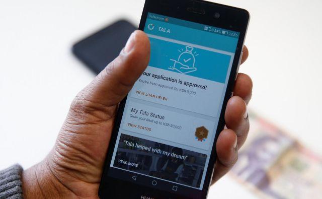 Mobilne aplikacije, ki bančništvo uporabniku prinesejo dobesedno v roke, so se močno razcvetele predvsem na trgih, kjer mreža tradicionalnih bank ni (bila) močna. Fotografija je iz Kenije. FOTO: Reuters