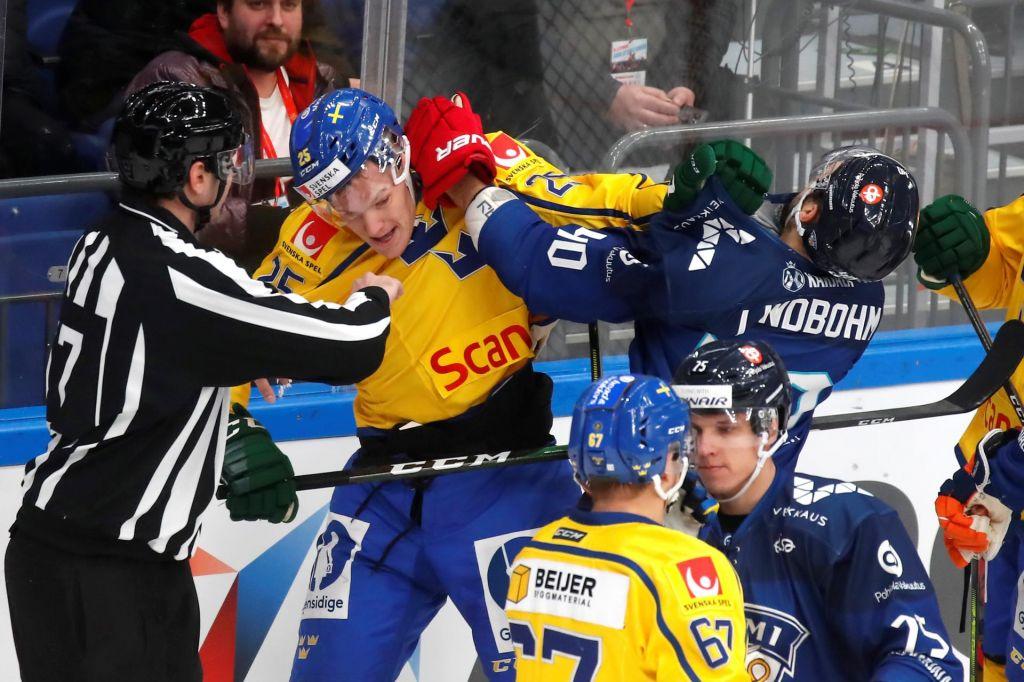 Finski hokejski vratar poskrbel za izjemen gol v Moskvi (VIDEO)