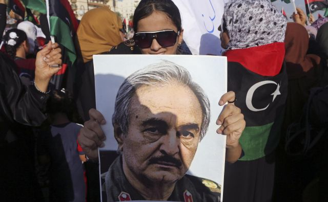 Kalifa Haftar grožnje z napadom na Tripoli lahko uresniči le s privolitvijo – ali naročilom – svojih pokroviteljev. FOTO: Esam Al-fetori/Reuters