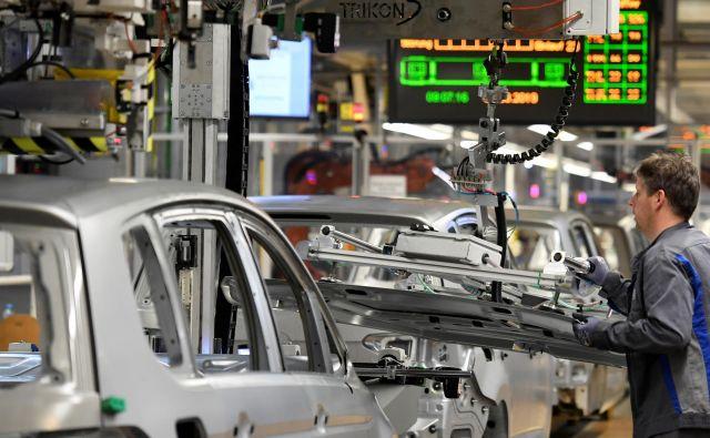 Iz linih v Volkswagnovi tovarni v Wolfsburgu je pred štirimi leti na dan prišlo 3000 avtomobilov, danes 3500. Foto Reuters