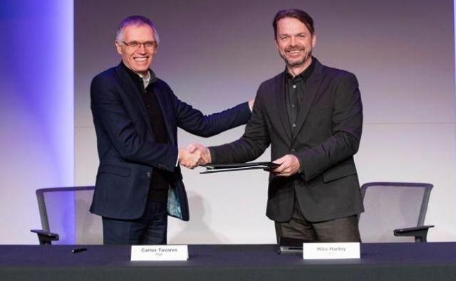Carlos Tavares kot šef skupine PSA in Mike Manley kot prvi operativec FiatChtryslerja ob podpisu dogovora. FOTO: PSA