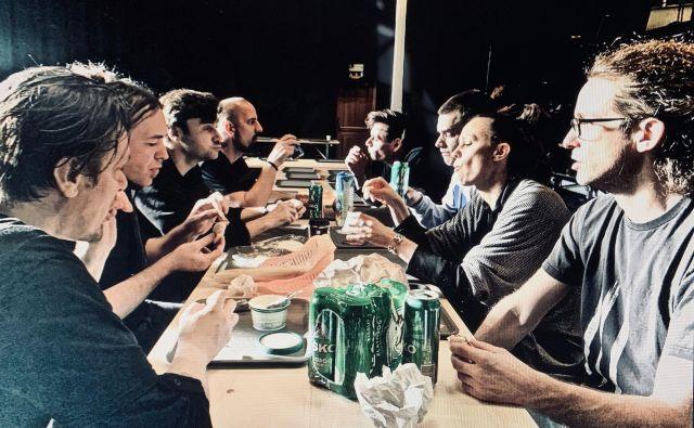Umetniška ekipa pri malici Foto Toni Soprano Meneglejte