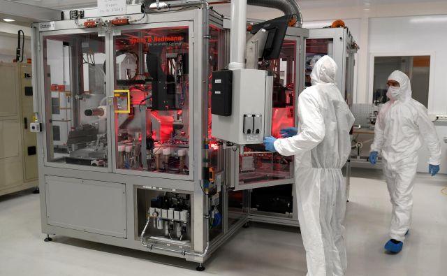 Proizvodnja akumulatorjev v novi Volkswagnovi tovarni v Salzgittru: čez nekaj let bo v Nemčiji največ tovrstnih obratov. Foto Reuters