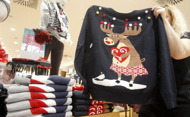 Letos je v trgovinah precej bogata ponudba božičnih puloverjev. FOTO: Mavric Pivk