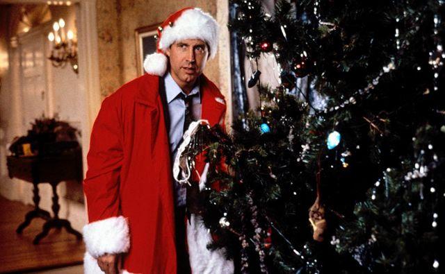 Clark Griswold (Chevy Chase) se odloči, da bo za družino ustvaril najlepše božične praznike doslej, a se zaplete že pri izbiri božičnega drevesa ... FOTO: Promocijsko gradivo