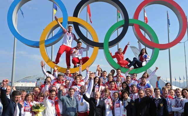 Olimpijski krogi in olimpijska zastava so simboli, pod katerimi bodo na prihodnjih olimpijskih igrah tekmovali ruski športniki, če bo obveljala kazen Mednarodne protidopinške organizacije. FOTO: AFP
