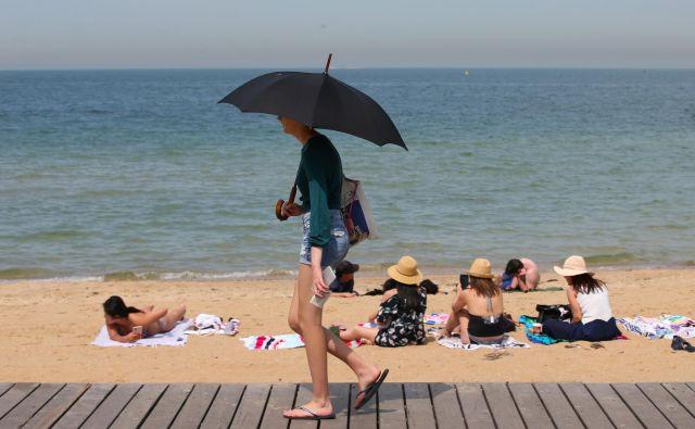 Na plaži na včerajšnji rekordno vroč dan v avstralski zvezni državi Viktoriji. FOTO: Stringer via Reuters