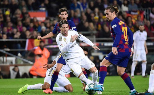 Realov kapetan Sergio Ramos je v svojem ostrem in avtoritativnem slogu odigral rekordni 43. clasico in zasenčil domačega aduta Antoina Griezmanna. FOTO: AFP
