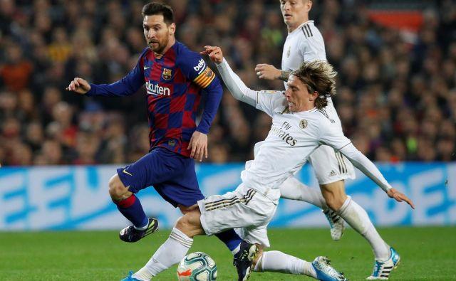 Lionel Messi je v dvoboju najboljših nogometašev let 2018 in 2019 pustil boljši vtis kot Luka Modrić. FOTO: Reuters