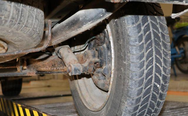 Fotografije nekaterih nepravilnosti na vozilih, ki so po plačilu podkupnine opravili tehnični pregled. FOTO: PU Ljubljana