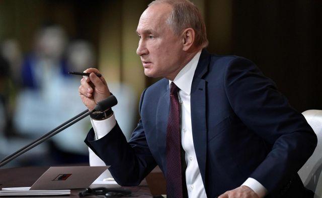 Ruski predsednik Vladimir Putin med svojim skoraj štiriinpolurnim pogovorom z novinarji. FOTO: AFP