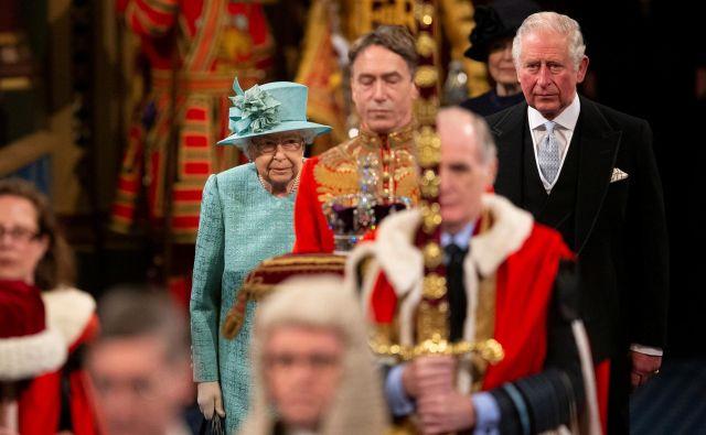 Britanska kraljica Elizabeta II. in prestolonaslednik princ Charles med prihodom v britanski parlament. FOTO: Matt Dunham/Reuters