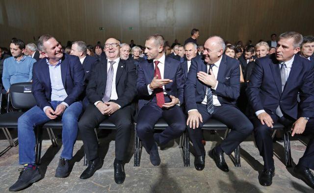 Takole so se v prvi vrsti zabavali Matjaž Kek, Bogdan Gabrovec, Aleksander Čeferin in Radenko Mijatović. FOTO: Leon Vidic/Delo