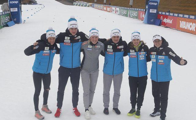 Anamarija Lampič (v sivi opravi) je skupaj z drugimi iz slovenske reprezentance kljub odpovedi treninga poskusila ohraniti dobro voljo. Ob njej so še (z leve):<strong> Katja Višnar, Janez Lampič, Miha Šimenc, Alenka Čebašek in Vesna Fabjan.</strong> FOTO: Mavric Pivk/Delo
