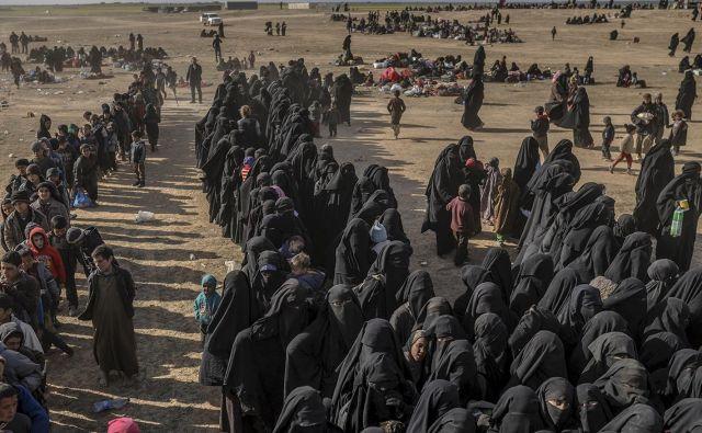Po padcu takoimenovane Islamske države so koalicijske sile v iraku in Siriji zajele veliko število civilistov, med njimi je precej tudi tujih državljanov, ki jih postopoma želijo vrniti domov. Foto Bulent Kilic Afp