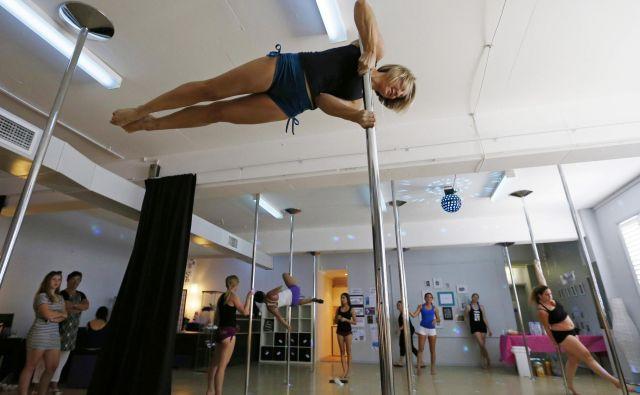 Za tiste, ki imajo željo in zagon ter morda povrhu še malce gimnastičnega znanja, so možnosti pri plesu ob drogu neomejene. FOTO: Reuters
