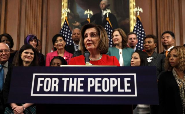 Donald Trump je Nancy Pelosi nekoč cenil, zdaj pa tvita, da je »nora«. FOTO: AFP