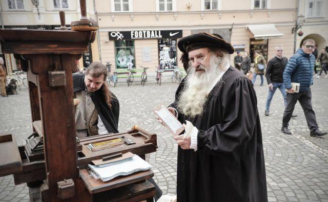 Srednjeveški tiskar mojster Janez je obiskovalcem natisnil pomnik dogodka. Foto Uroš Hočevar