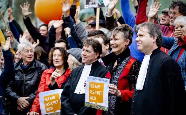 Okoljevarstveniki so se danes zbrali pred stavbo vrhovnega sodišča v Haagu. FOTO: Sem Van Der Wal/AFP