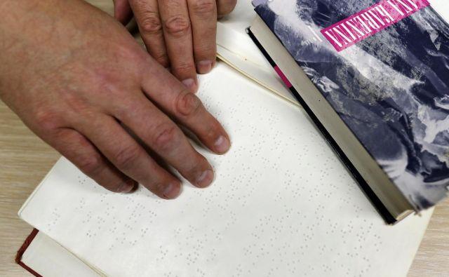 V četrtek bo v knjižnici Minke Skaberne ob 10. uri maratonsko branje brajice. Na fotografiji je<em> Ana Karenina</em> v braillovi in klasični tiskani obliki.<br /> Foto Uroš Hočevar