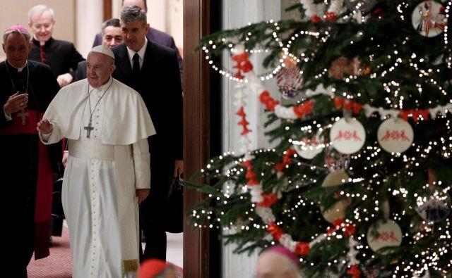 Papež Frančišek ob prihodu na današnji nagovor. FOTO: Guglielmo Mangiapane/Reuters