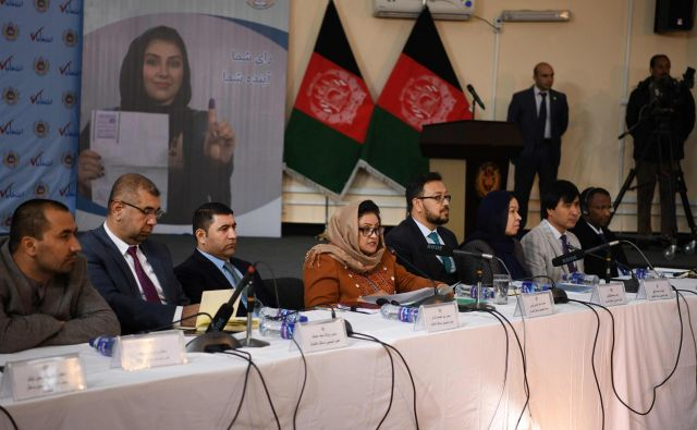Preliminarne izide volitev je razglasila vodja neodvisne volilne komisije Hawa Alam Nuristani. FOTO: Farshad Usyan/AFP