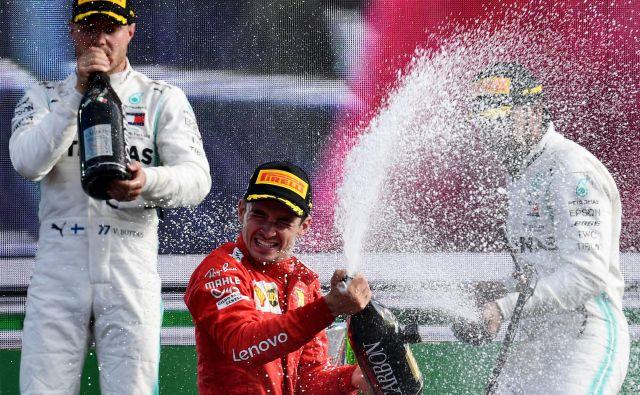 Charles Leclerc (na sredini) si je v letošnji krstni sezoni s Ferrarijem pridirkal prvi dve zmagi v formuli 1. FOTO: AFP