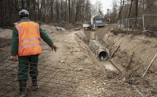 Gradnja povezovalnega kanalizacijskega kanala C0 ob Savi se kljub razprtijam in reviziji nadaljuje. FOTO: Voranc Vogel/Delo