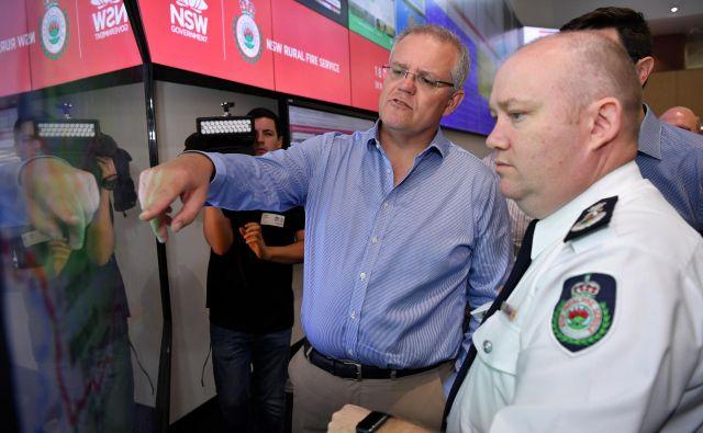 Scott Morrison z vodstvom gasilcev Novega južnega Walesa v Sydneyu. FOTO: Stringer Reuters