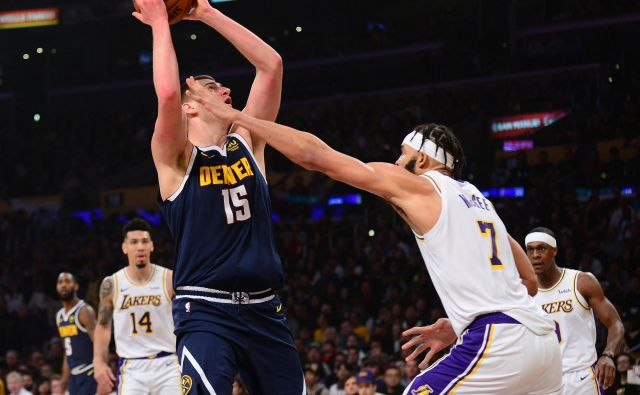 Nikola Jokić (z žogo) je prispeval viden delež k visoki zmagi moštva Denver Nuggets nad Los Angeles Lakers. FOTO: Usa Today Sports