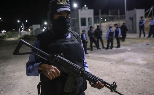 Včeraj je v zaporu v El Porveniru, ki je od prestolnice Hondurasa Tegucigalpe oddaljen okoli 60 kilometrov, življenje izgubilo 18 pripadnikov ene izmed kriminalnih združb, 10 pa jih je bilo ranjenih. FOTO: AFP