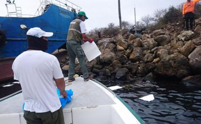 Uslužbenci galapagoškega naravnega parka se trudijo, da bi odstranili razlito nafto. FOTO: Park Galapagos /twitter