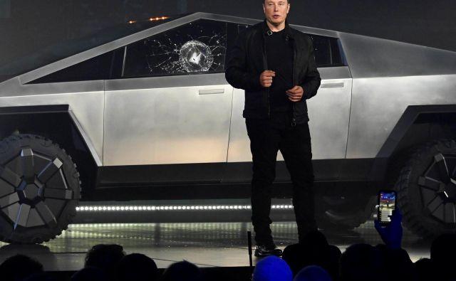 Zvezda Elona Muska in Tesle še kar sije. Podjetje je sicer še vedno na poti k pravemu dobičku, a mu marsikdo priznava pionirstvo pri električnem pogonu. Musk je letos občinstvo navdušil z odbitim električnim poltovornjakom. FOTO: Reuters
