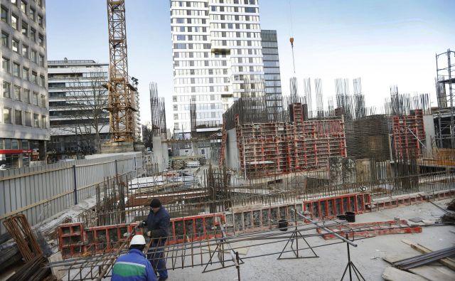 Po nekajmesečni ustavitvi del na Bavarskem dvoru delavci hitijo z gradnjo petzvezdičnega hotela Atower. Odprli naj bi ga v začetku prihodnjega leta. FOTO: Leon Vidic/Delo