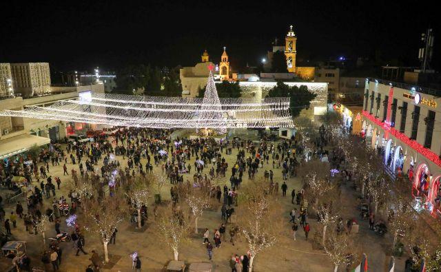 Pred baziliko se vijejo vrste turistov, ki si prav ob božiču želijo obiskati jamo znotraj cerkve, kjer se je po izročilu rodil Jezus. FOTO: Hazem Bader/AFP