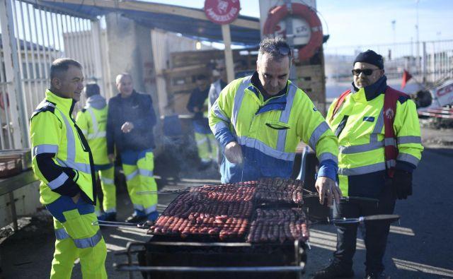 Stavka zaposlenih v javnem prometu, pa tudi učiteljev in delavcev v nekaterih drugih dejavnostih, ki nasprotujejo predlagani pokojninski reformi, vstopa že v četrti teden. FOTO: Christophe Simon / Afp