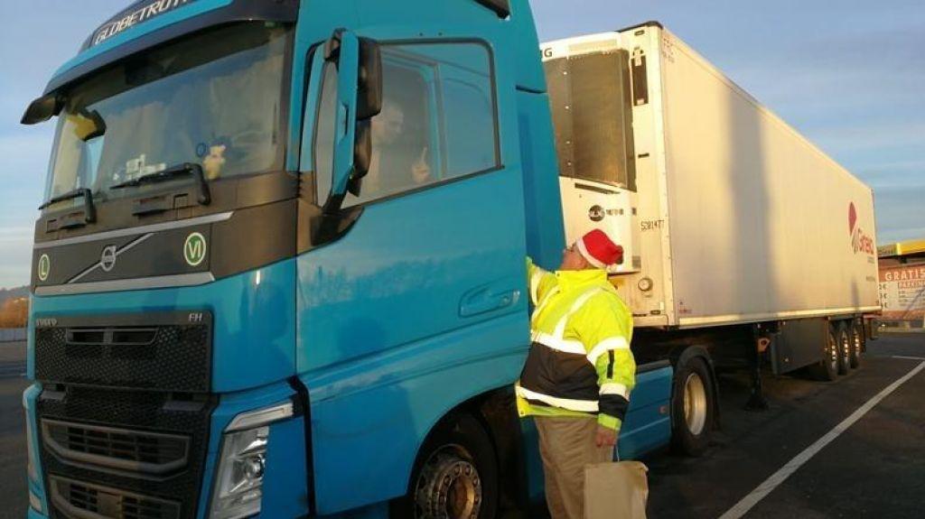 Voznike na počivališčih obiskala božičkova šoferska karavana